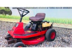 zahradní traktory rider west wood červené barvy před plachtou traktory kolín