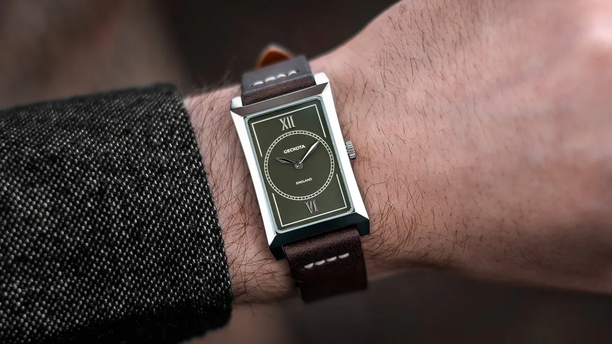 Olive-dial-on-wrist-ben