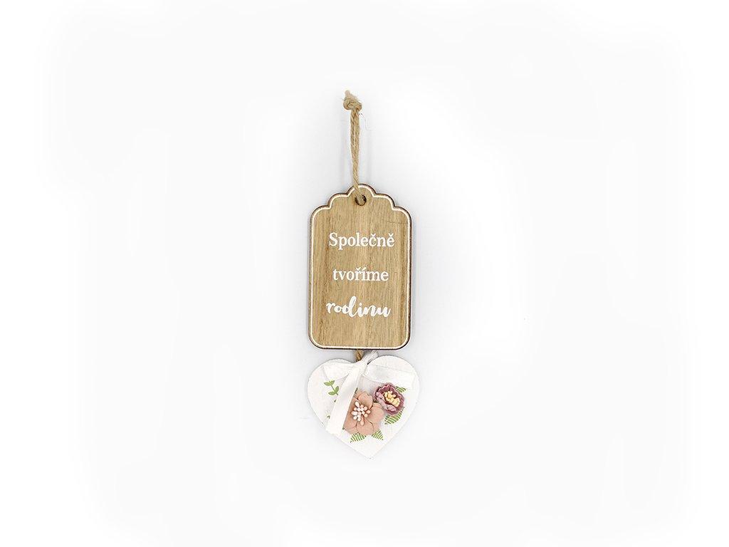 Dřevěná cedulka srdce s květinou Tvoříme rodinu