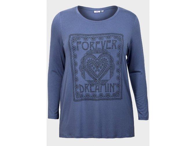 modré tričko s potiskem