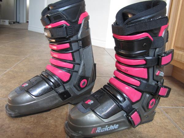 Flexon_Comp_ski_boots,_late_model