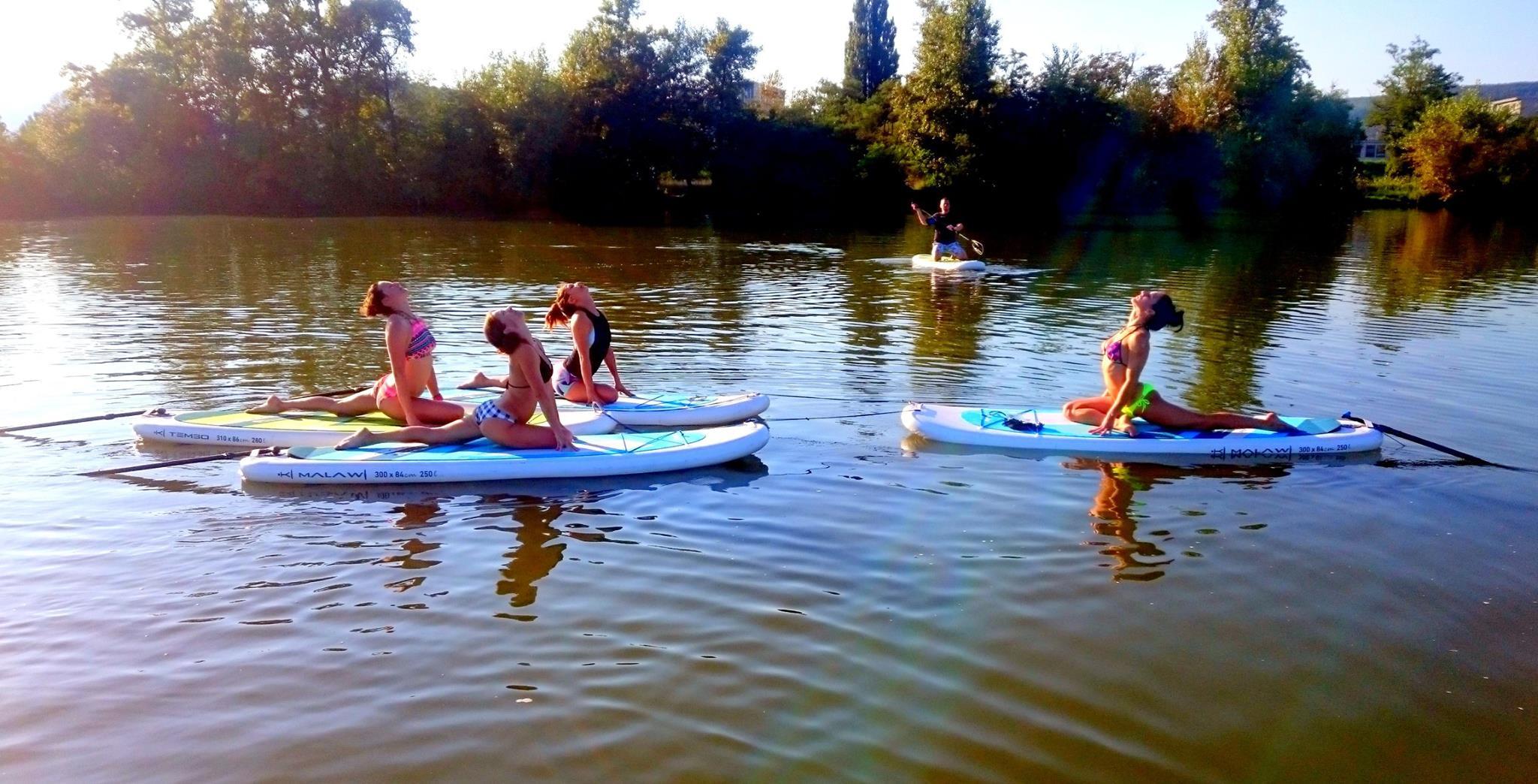joga-na-paddleboarde-neonmars-1
