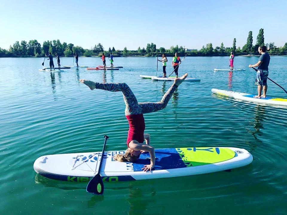 joga-na-paddleboarde-neonmars-stojka