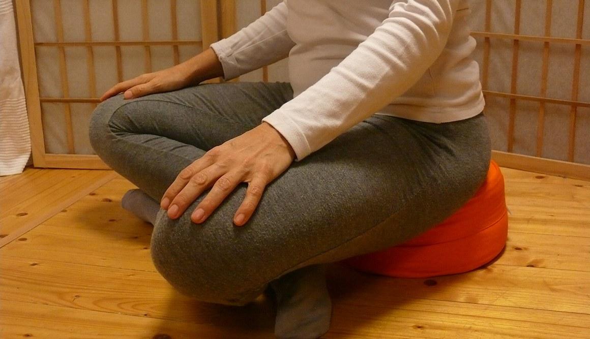 Meditační sedák jak sedět - turecký sed