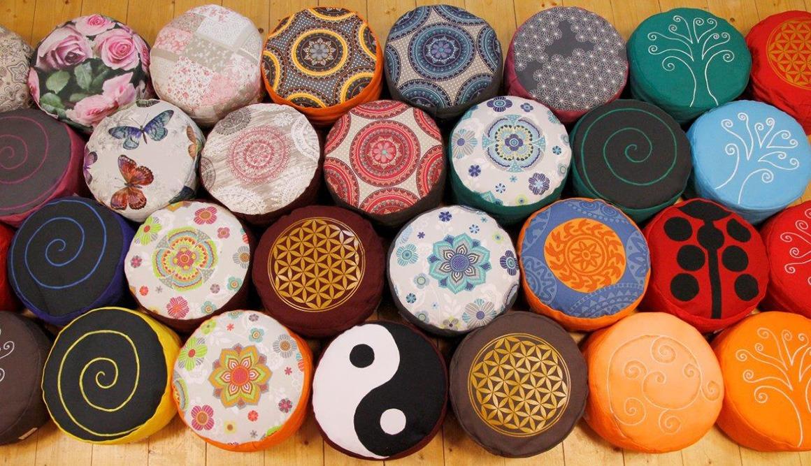 Meditační sedáky hodně vzorů a barev a velikostí