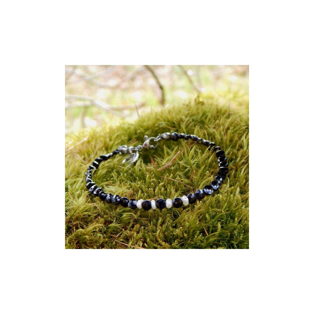 mineralni naramek brouseny cerny spinel a prave bile perly ocelove zapinani perlomanie