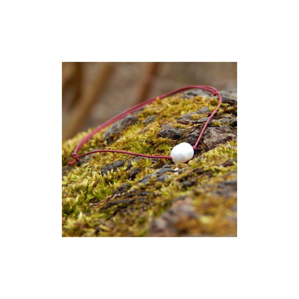 naramek s bilou perlou cervena snurka obduro jewellery