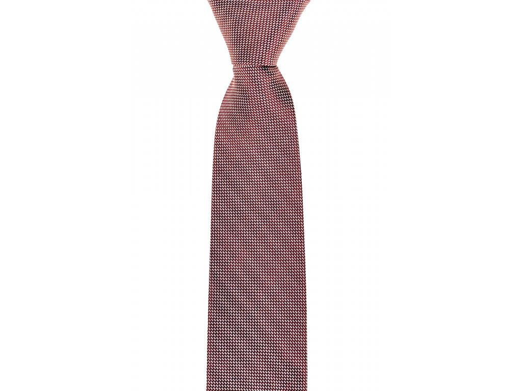Červená kravata s bílým vzorem