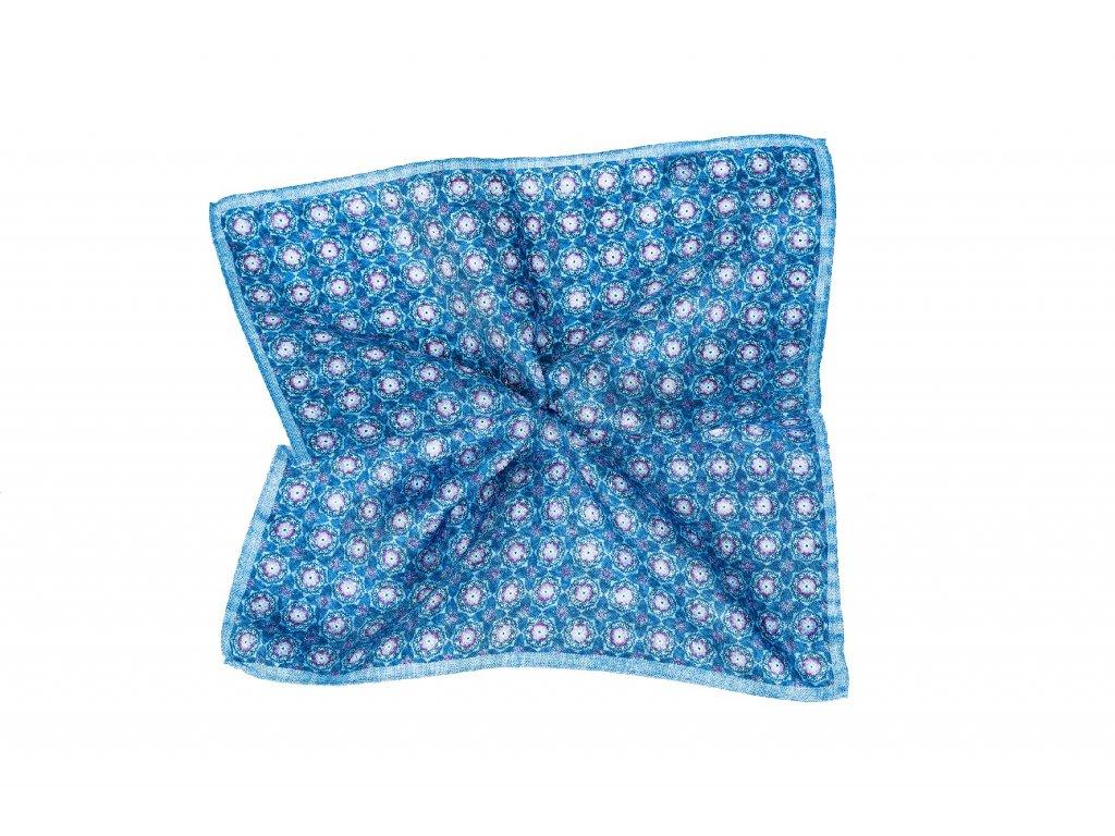 Světle modrý kapesníček s růžovým ornamentem