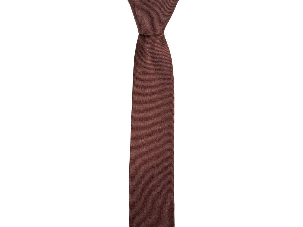 Hnědá kravata s šikmou linií