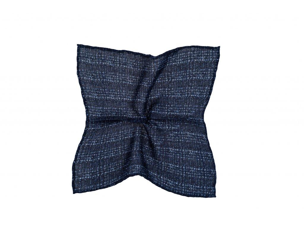 Tmavě modrý kapesníček s přerušovaným károvaným vzorem