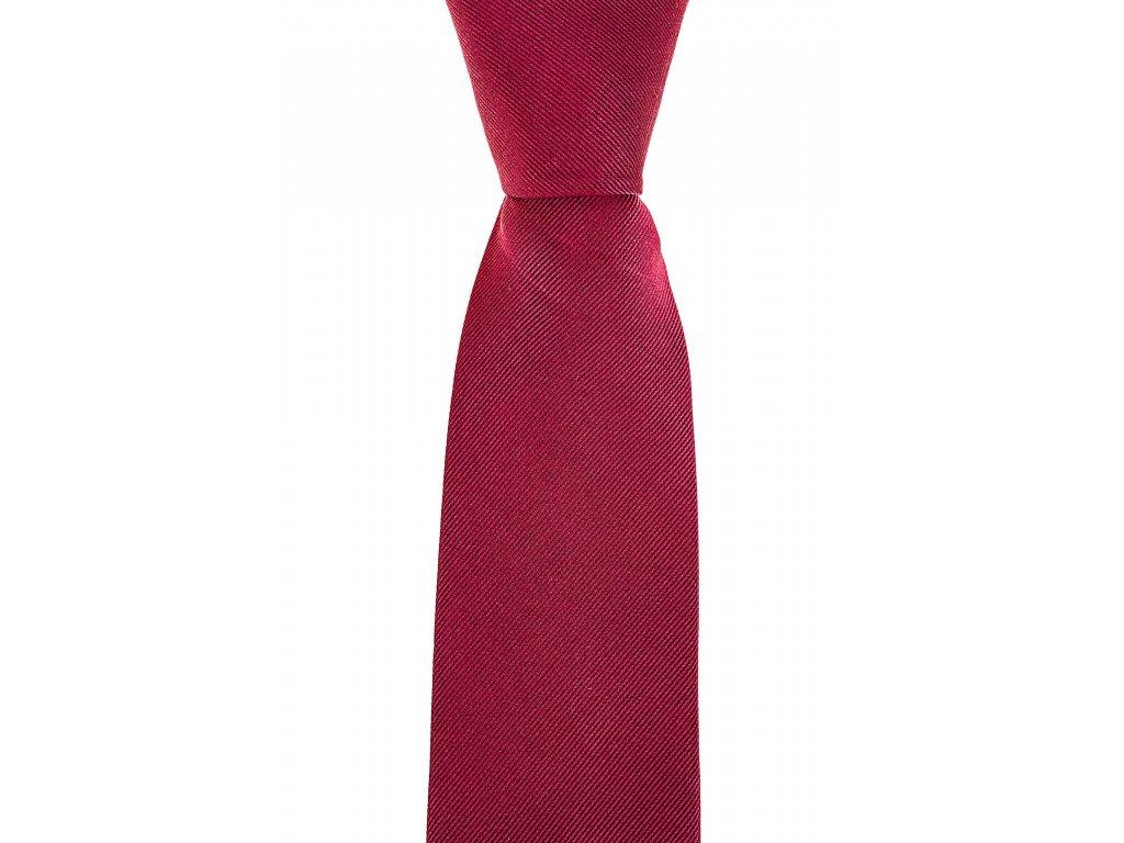 Červená kravata s šikmou linií