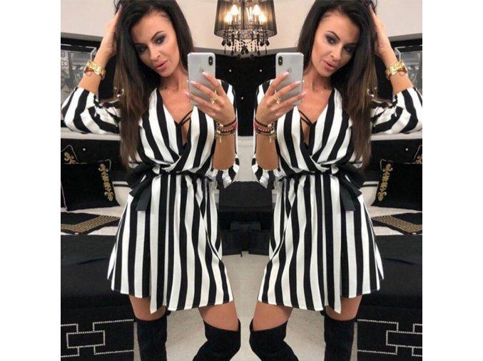Očarujúce prúžkované elegantné šaty