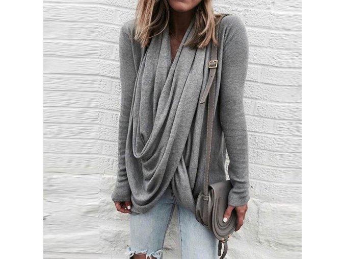 Voľný sveter so zaujímavým výstrihom