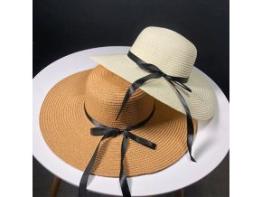 Slamený klobúk s čiernou mašľou
