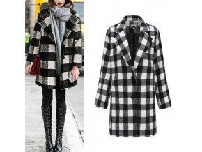 Dámsky čiernobiely kockovaný kabát v nadmerných veľkostiach