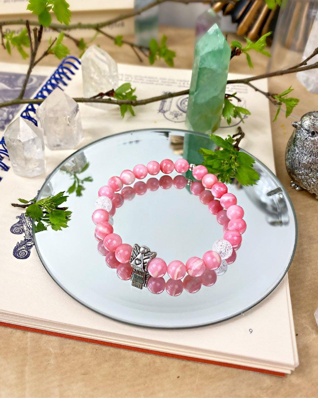 Náramek z minerálních kamenů jadeit růžový s andílkem a praskaným křišťálem