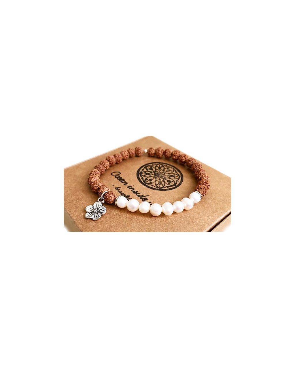 Náramek z minerálů říční perly s posvátnou rudrakshou a květinou