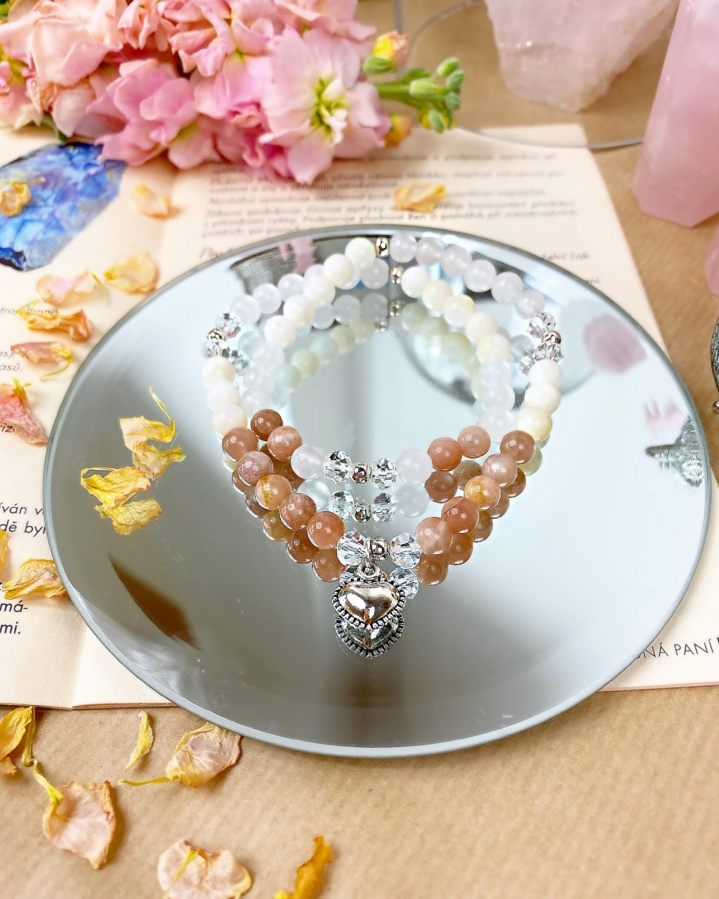 Náramek z minerálů wrap srdce na dlani s jemně růžovým achátem