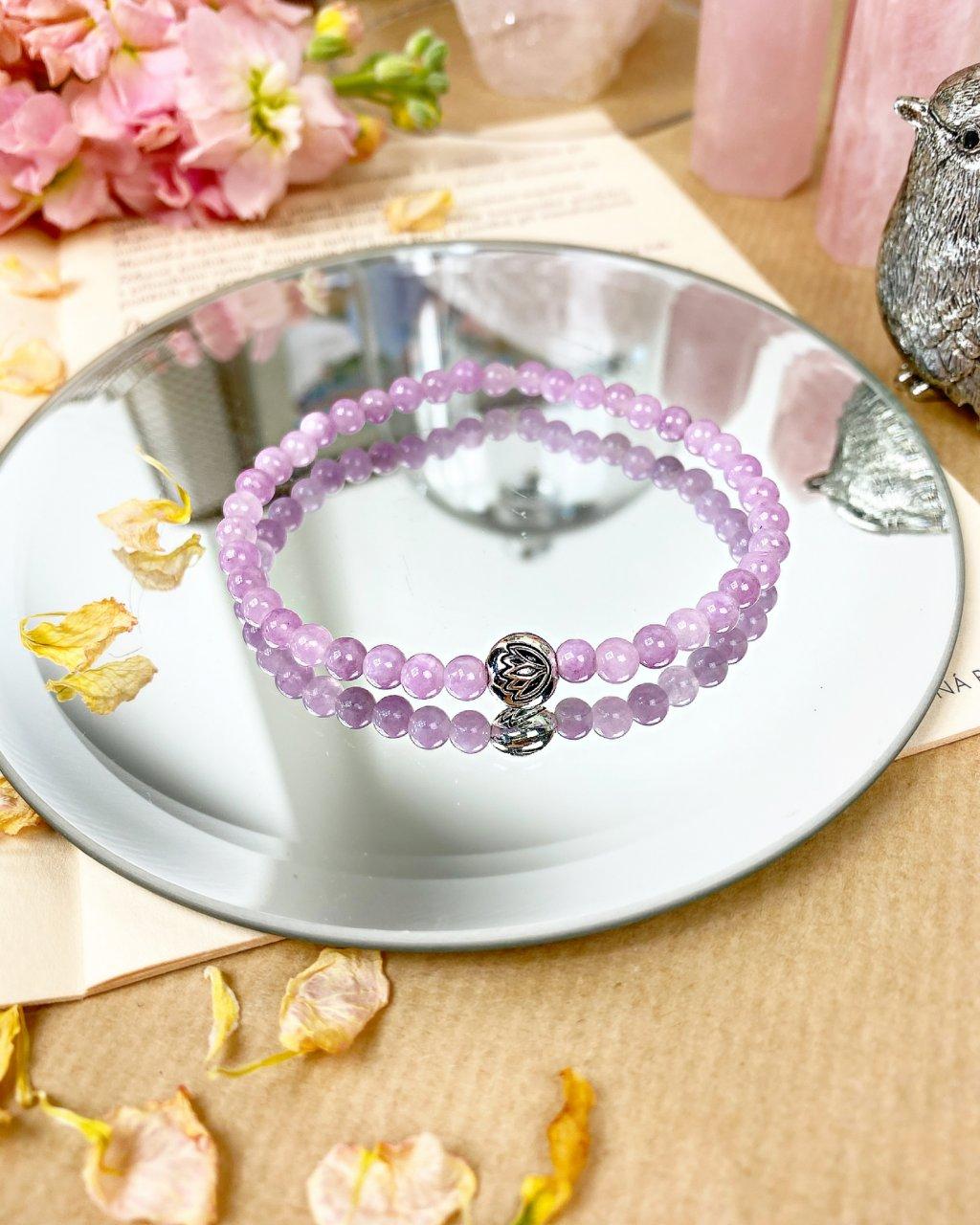 Náramek z minerálu fialový angelit 4mm a květ lotosu