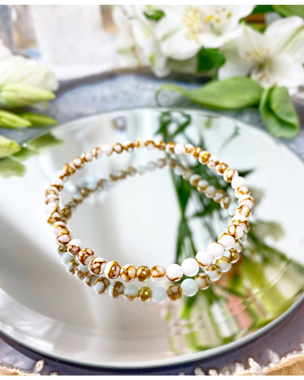 Náramek z minerálu howlit bílý strukturovaný a perlička