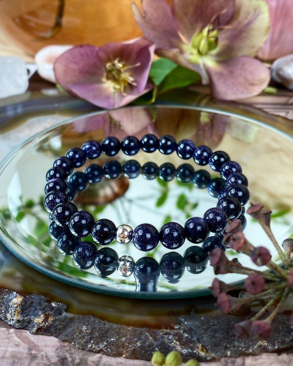 Náramek z minerálu tmavá modř lapis lazuli a korálek