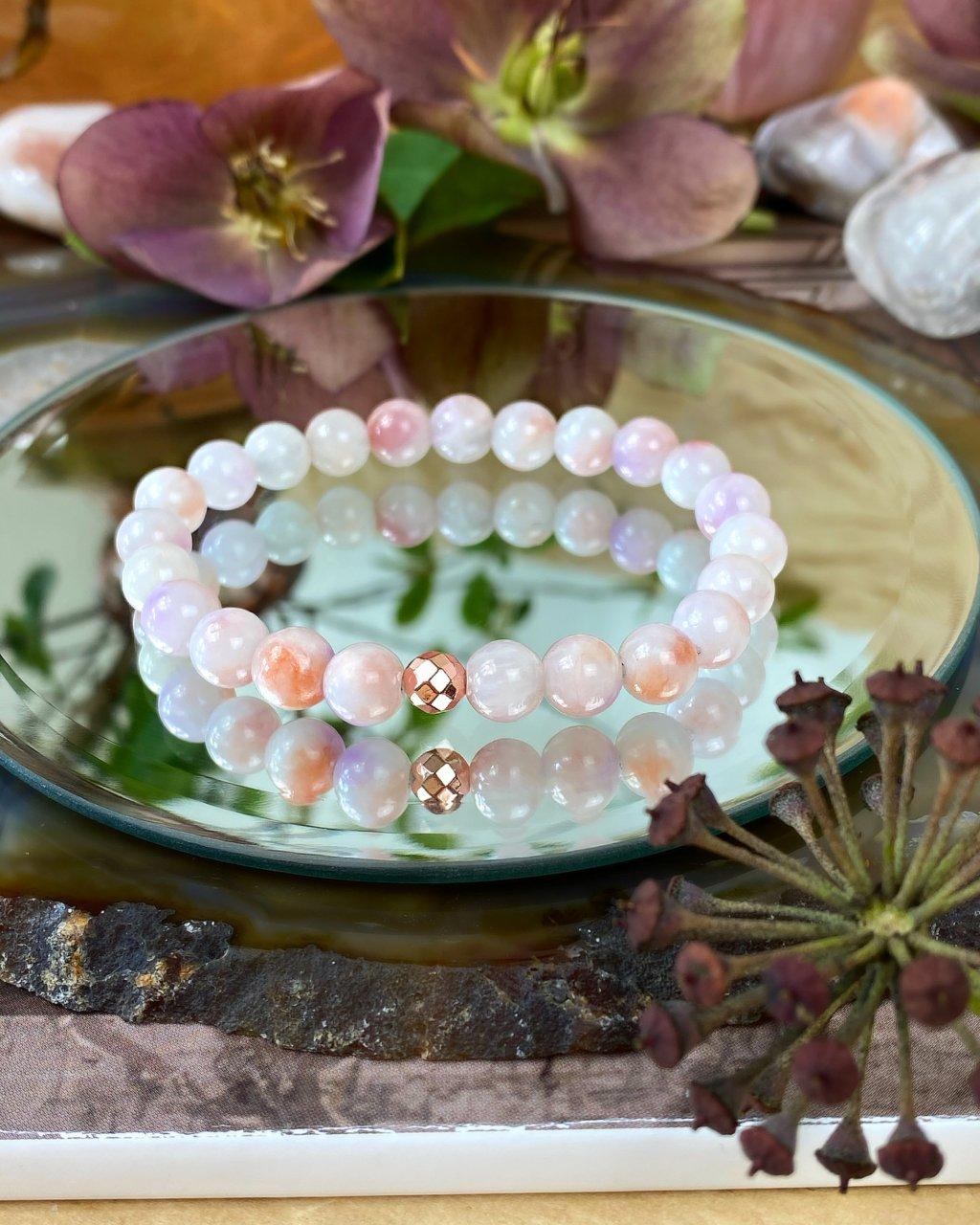 Náramek z minerálu růžový jadeit a fazetovaná perlička