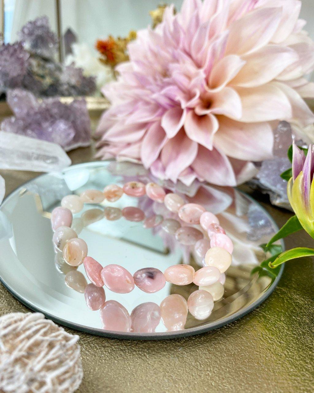 Náramek z minerálu růžový opal se srdcem oblázky