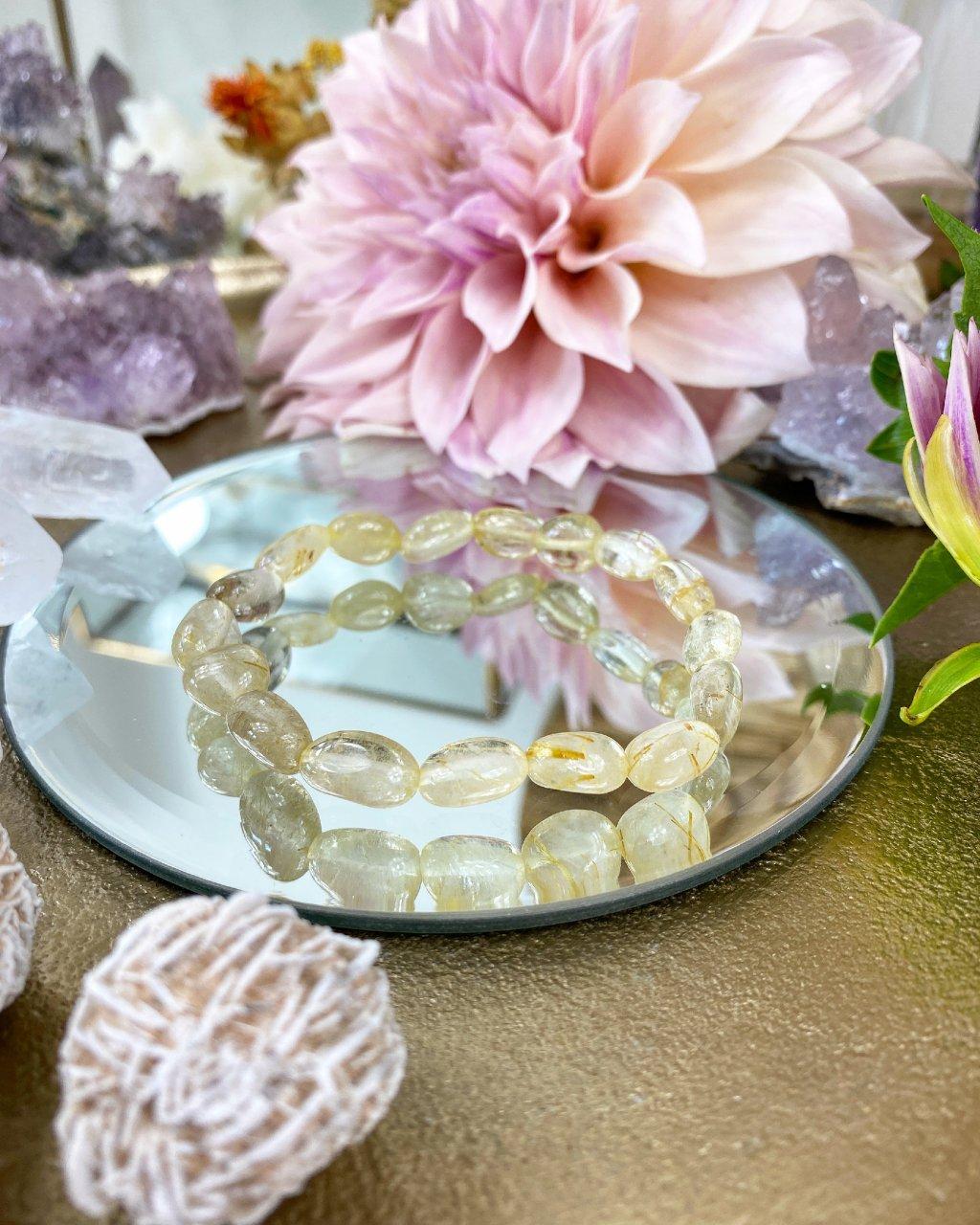 Náramek z minerálu křišťál ve zlatavé barvě jemné oblázky