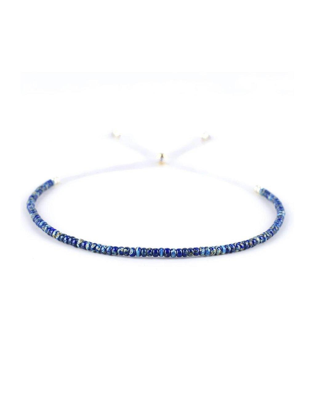 Jemný provázkový náramek ze semínkových korálků modrý