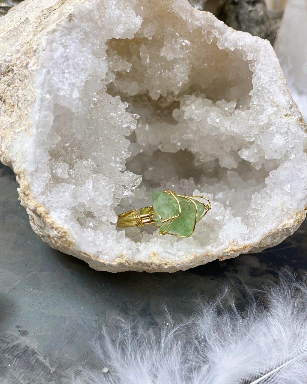 Dámský prstýnek s krystalem zeleného kalcitu gold
