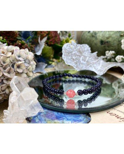 Náramek z minerálu lapis lazuli ozdoben růžovou kuličkou