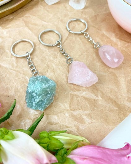 Přívěšek na klíče z minerálu růženín surový