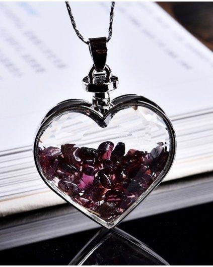 Jemný náhrdelník se srdíčkem a kousky granátu