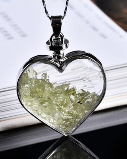 Jemný náhrdelník se srdíčkem a kousky peridotu