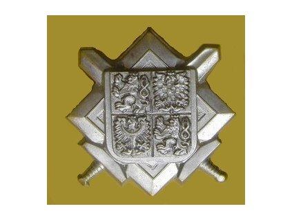Odznak na čepici, velký stříbrný, znak ČR na desce se zkříženými meči