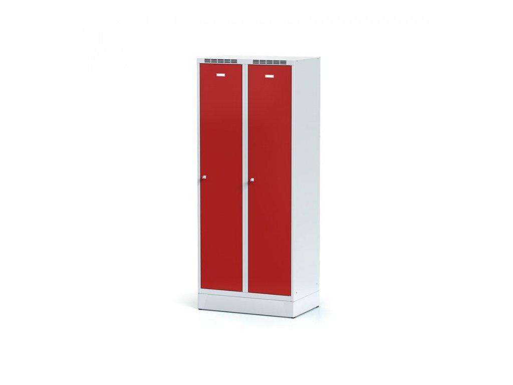 Kovová šatní skříňka s mezistěnou na soklu, červené dveře, cylindrický zámek