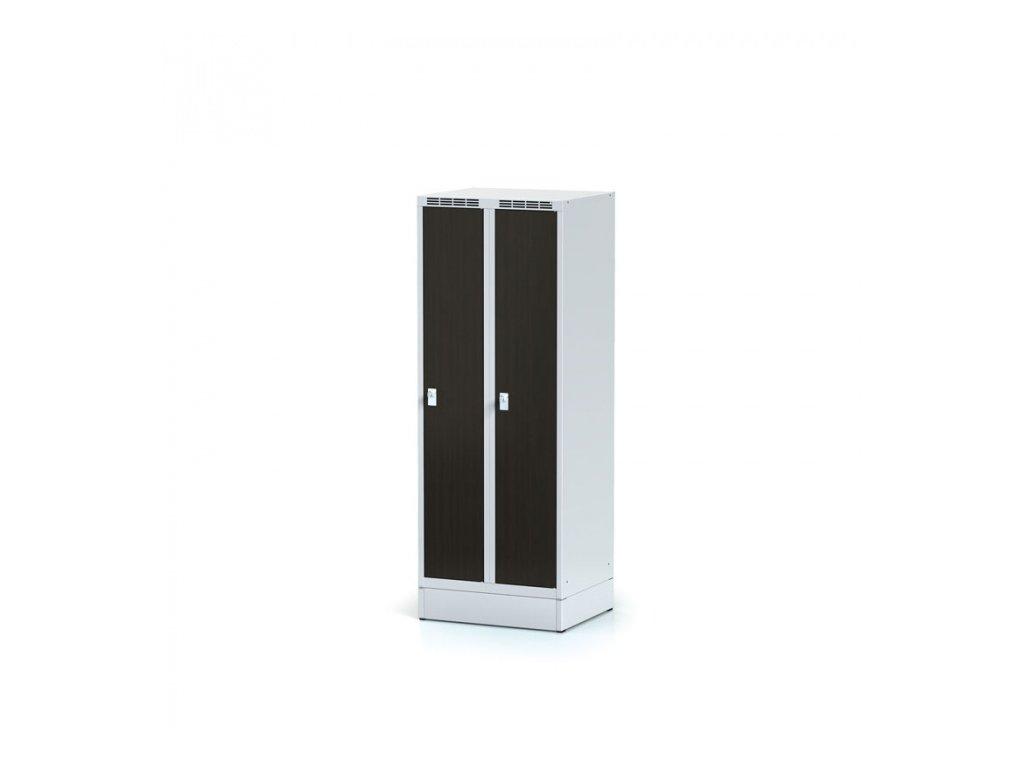 Šatní skříňka snížená na soklu, laminované dveře wenge, cylindrický zámek