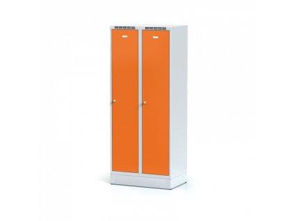 Kovová šatní skříňka s mezistěnou na soklu, oranžové dveře, cylindrický zámek