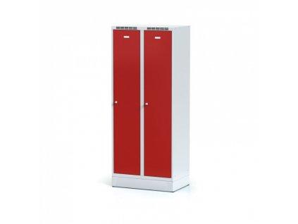 Kovová šatní skříňka s mezistěnou na soklu, červené dveře, otočný zámek