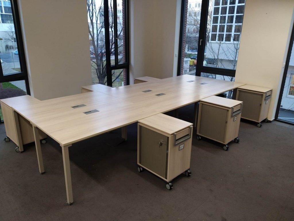 Stůl 6ti pracoviště, Steelcase, 420x160 běl. dub/ stříbrná, průchodky