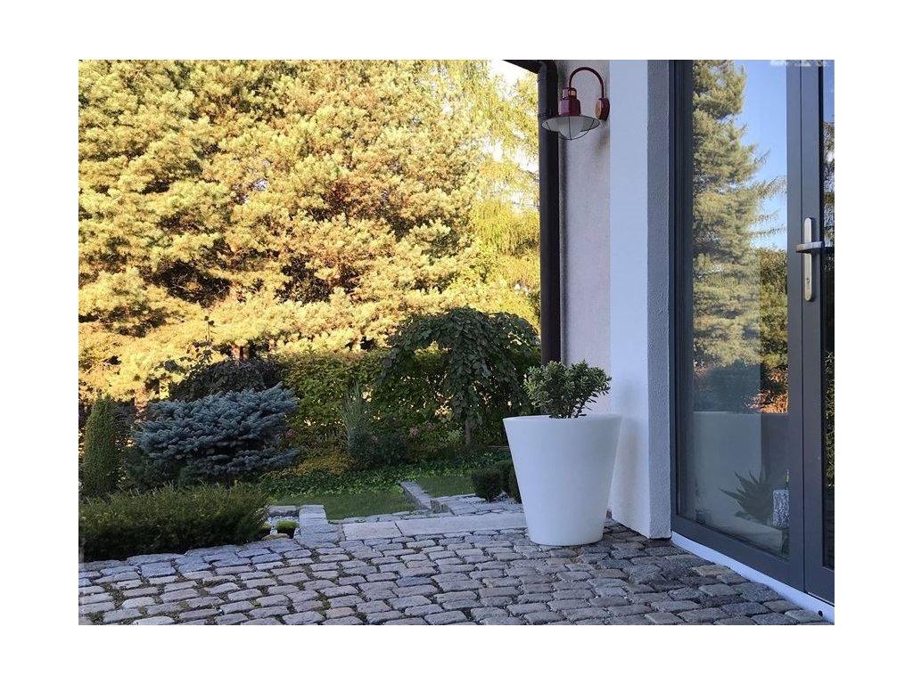 Svítící květináč na zahradu nebo terasu, klasický tvar