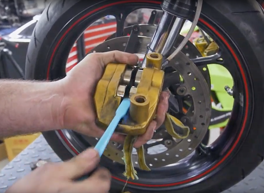 TECHNIKA MOTOCYKLU - čištění brzd