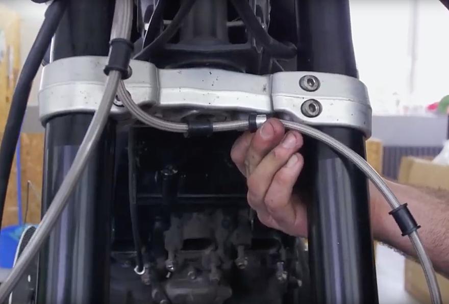 TECHNIKA MOTOCYKLU - montáž pancéřových hadic