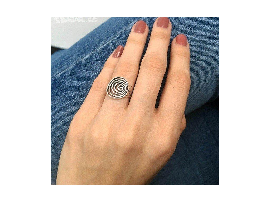 1020 Stříbrný spirálový prsten  Ag 925; ≤2,55 g.