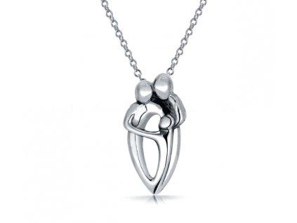 Stříbrný náhrdelník RODINA od OLIVIE. Tři objímající se postavy.