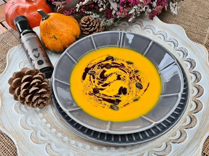 Dýňová polévka s opraženými semínky a olejem