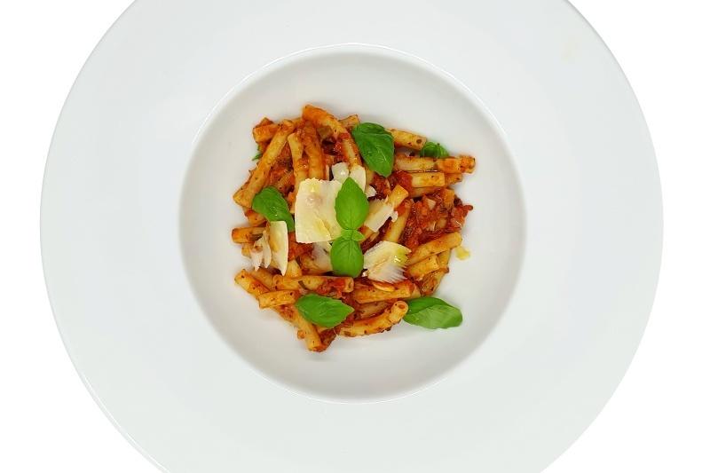 Těstoviny s rajčatovou omáčkou a bazalkou