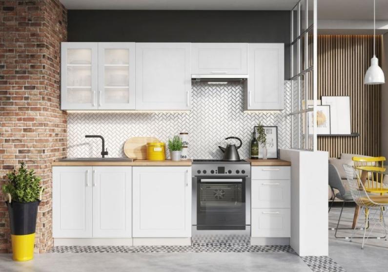 Svieža biela kuchyňa plná svetla – takto bude stále útulná