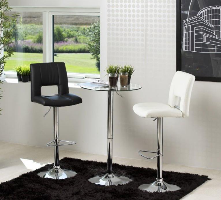 Chcete ušetriť miesto v kuchyni? Siahnite po barových stoličkách a pultoch!